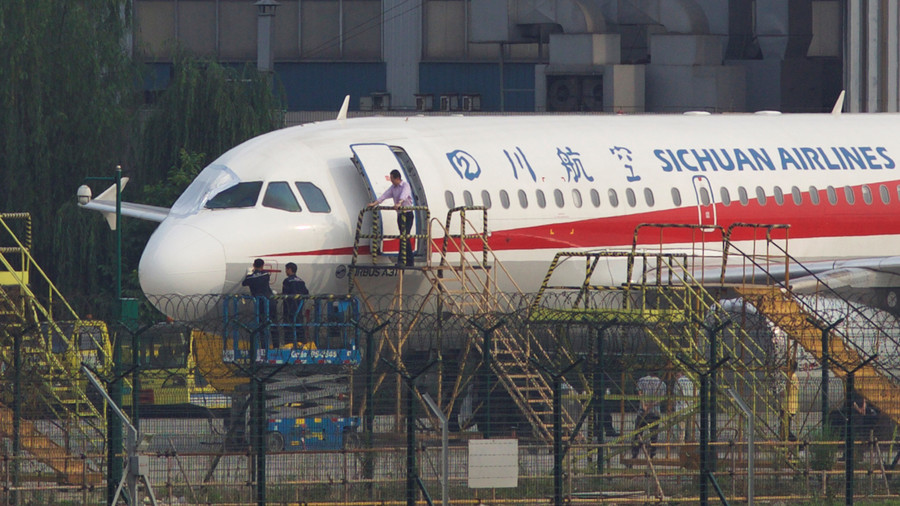 Sichuan captain lands aircraft after co-pilot 'sucked halfway' out the windshield (PHOTOS, VIDEO)