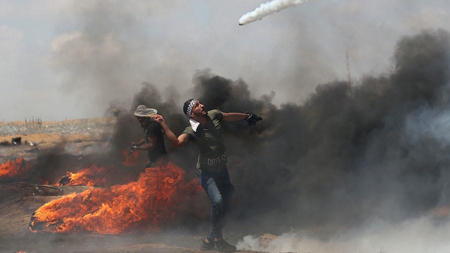 Palestinian protester uses tennis racket to bat away Israeli tear gas (PHOTO)