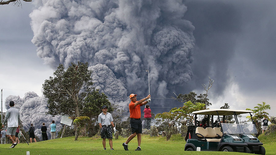 Epic volcanic eruption couldn't stop these golfers (PHOTOS)