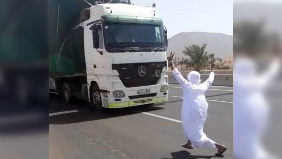 Saudi daredevil v speeding truck: Bizarre viral stunt ends in arrest (VIDEO, PHOTOS)