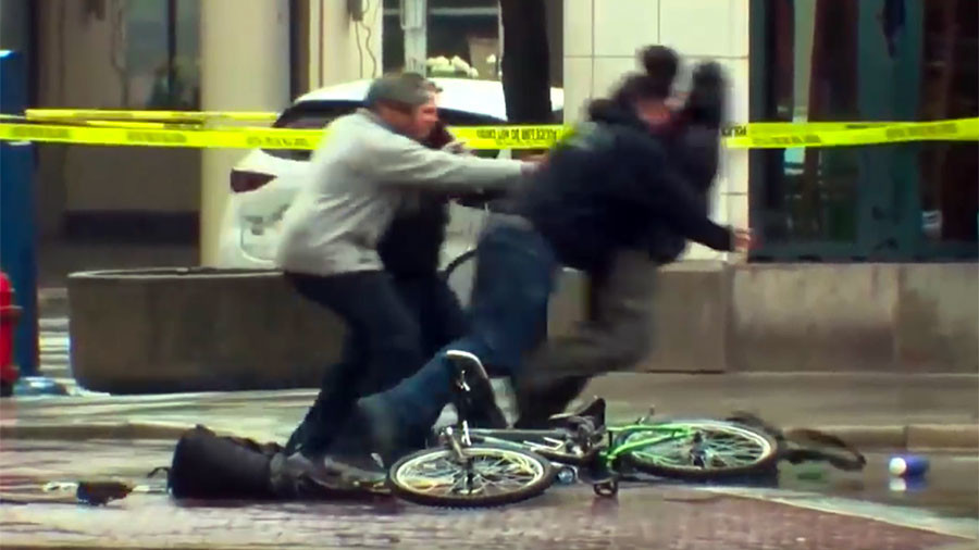 Cyclist tackled by police after bypassing bomb squad & 'investigating' suspicious backpack (VIDEO)