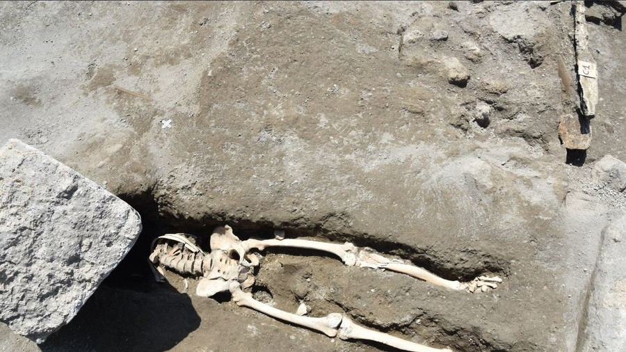Headless Pompeii skeleton: Man decapitated while fleeing eruption, say archaeologists (VIDEO)