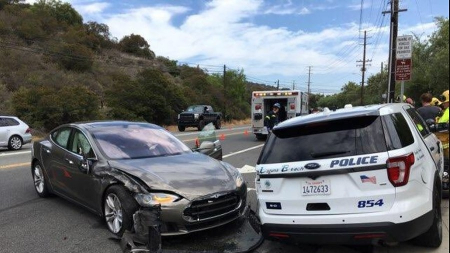 Tesla 'on autopilot' smashes into parked police car (PHOTO)