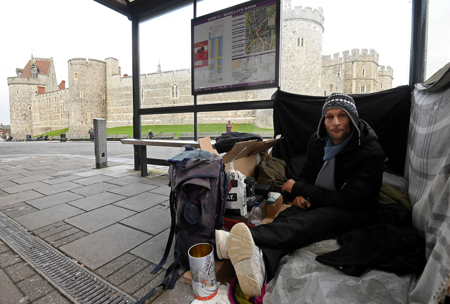 Sleeping next to royals: Windsor's homeless struggle on amid Harry & Meghan wedding hysteria (VIDEO)