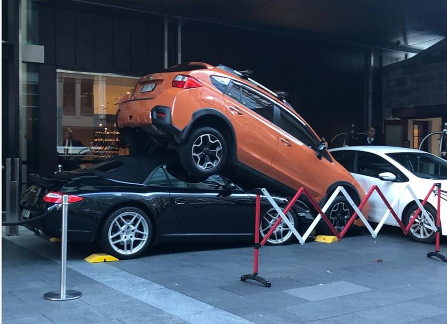 Porshe parking nightmare: Valet's disastrous maneuver wrecks sports car (VIDEO, PHOTOS)