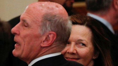 Gina Haspel smiles next to Director of National Intelligence (DNI) Dan Coats. © Jonathan Ernst