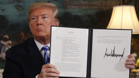 US President Donald Trump holds up a presidential memorandum announcing US withdrawal from the JCPOA Iran nuclear agreement, May 8, 2018 © Jonathan Ernst