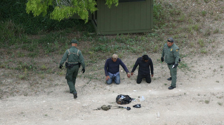 US border patrol agents apprehend people who illegally crossed from Mexico © Loren Elliott