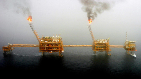 FILE PHOTO: Oil production platform at the Soroush oil fields in the Persian Gulf, south of Tehran © Raheb Homavandi