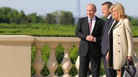 Russian President Vladimir Putin, and French President Emmanuel Macron with his wife Brigitte © Mikhael Klimentyev