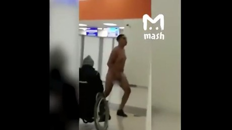 Naked foreigner dances cancan at Russian airport (VIDEO)
