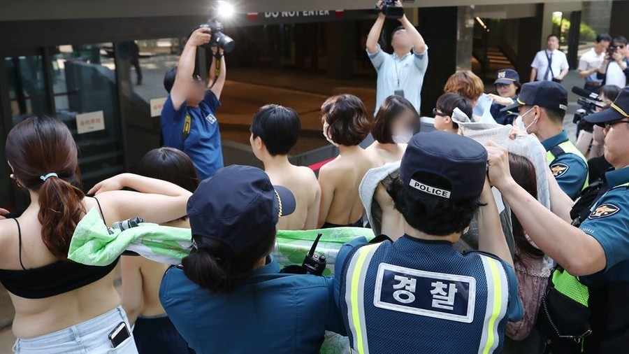 'Free the nipple': Facebook restores nude photos after women stage topless protest in Seoul (PHOTOS)