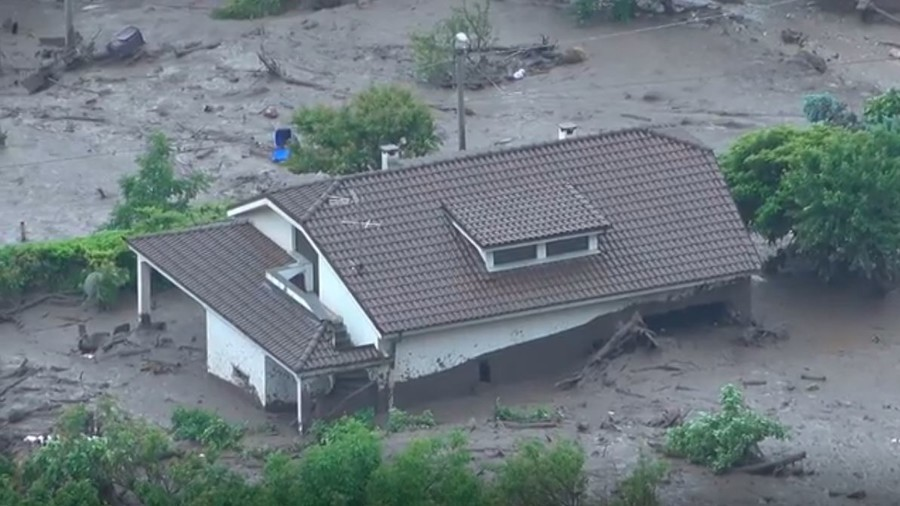 Giant mudslide covers Italian village (VIDEO)