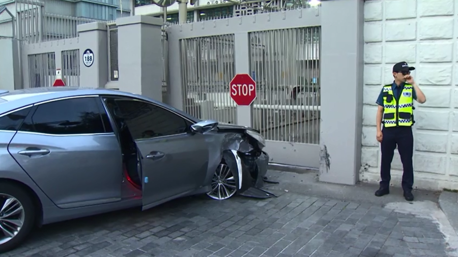 Man 'seeking asylum in America' rams car into US embassy in Seoul (VIDEO)