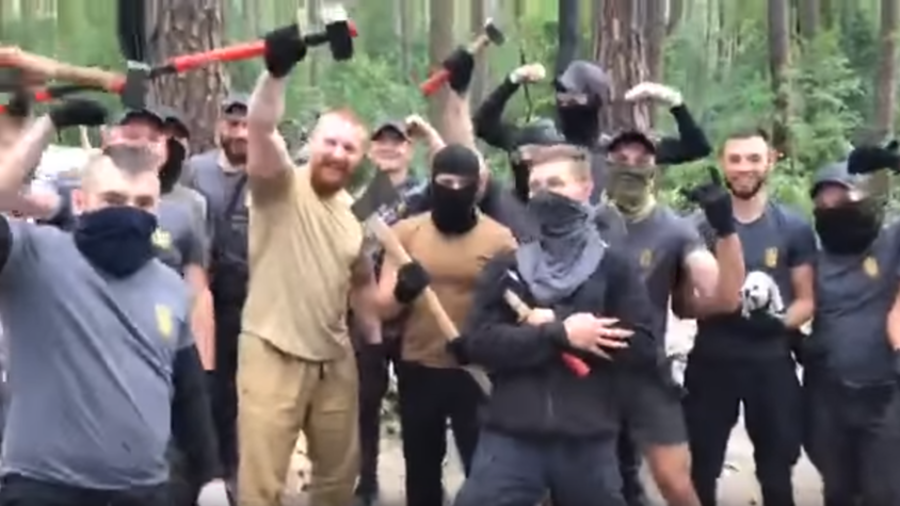 Ukrainian neo-nazi mob mocks Roma women as they tear down Kiev camp with axes (VIDEO)