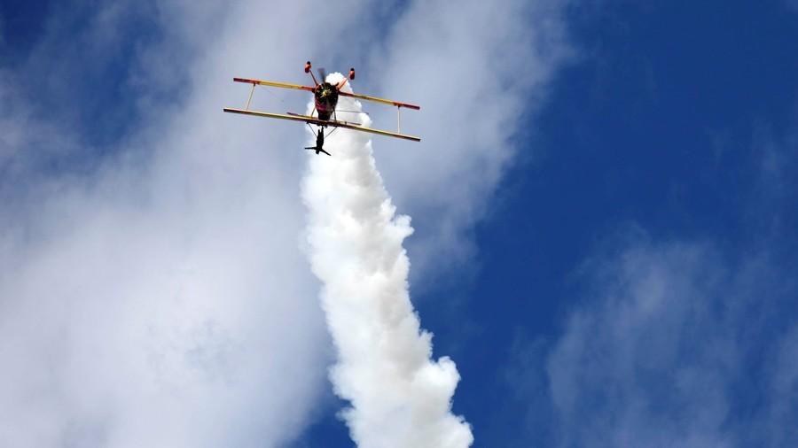 Stunt pilot shocks locals with blazing firework flight (VIDEOS, PHOTO)