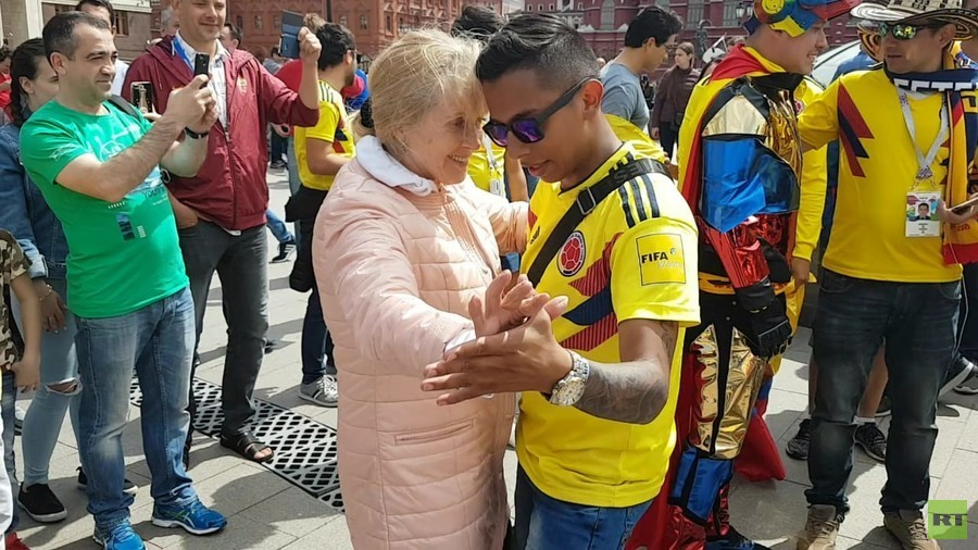 Russian babushka gets in World Cup mood with Colombia fans in Moscow (VIDEO)