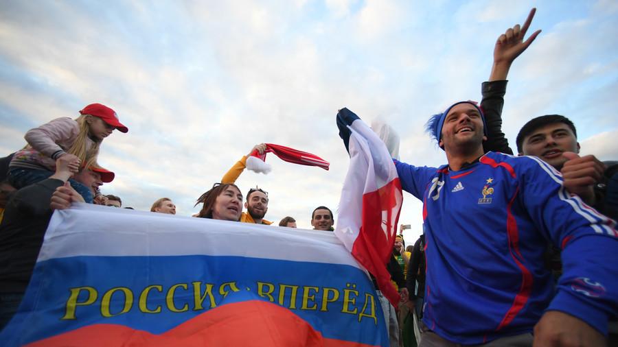 Fan sepakbola Rusia meluapkan rasa gembira atas kemenangan lawan Arab Saudi 5-0