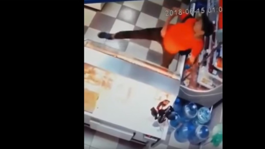 Dinner dance: Thief waltzes away with supermarket meal (VIDEO)