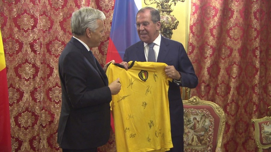 Russia's FM Lavrov swaps jerseys with his Belgian counterpart (VIDEO)