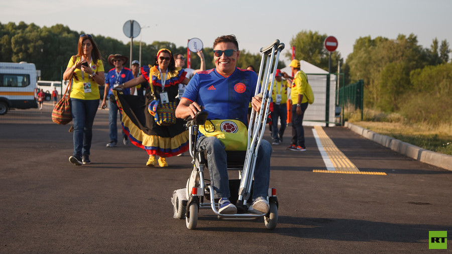 Kazan locals help Colombian World Cup fan after unexpected wheelchair failure (PHOTOS)