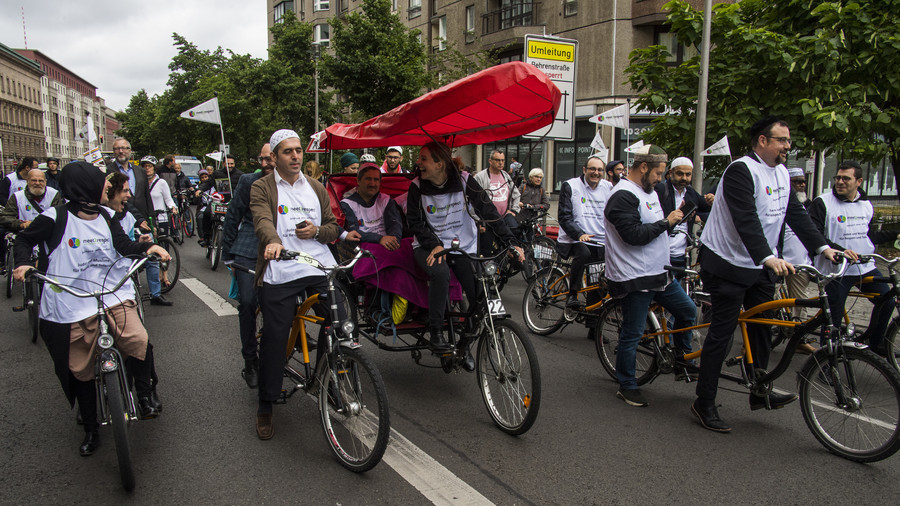 What in God's name? Rabbi, imam & pastor share rickshaw to promote tolerance in Berlin (PHOTOS)