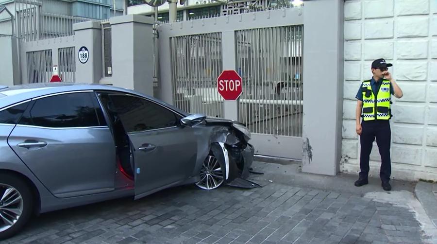 Man 'seeking asylum in America' rams car into US embassy in Seoul (VIDEO)