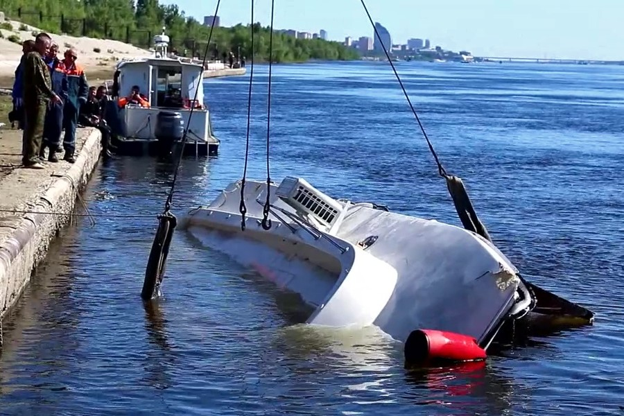 11 killed as drunken captain crashes twin-hull boat into barge on Volga River (VIDEO)