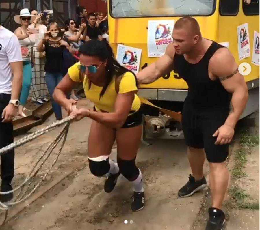 Lady business? Hot brunette pulls 22-ton tram with 50 passengers inside (VIDEO)