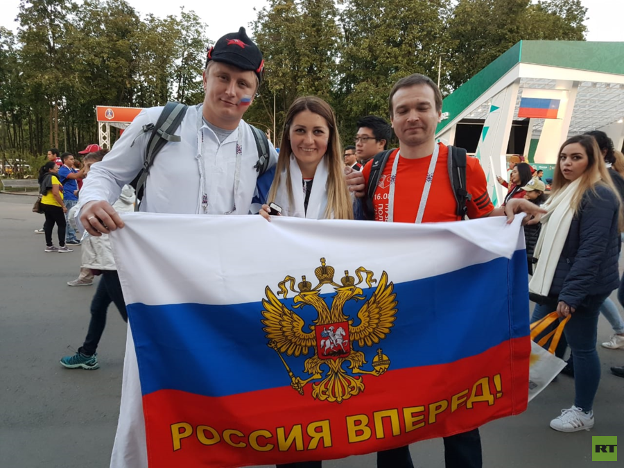 Fan datang dari beberapa kota di luar  St. Petersburg tempat pertandingan pertama digelar