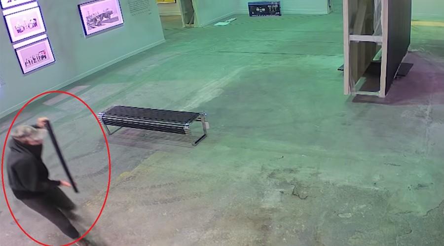 Banksy print thief filmed walking artwork out of gallery (VIDEO)