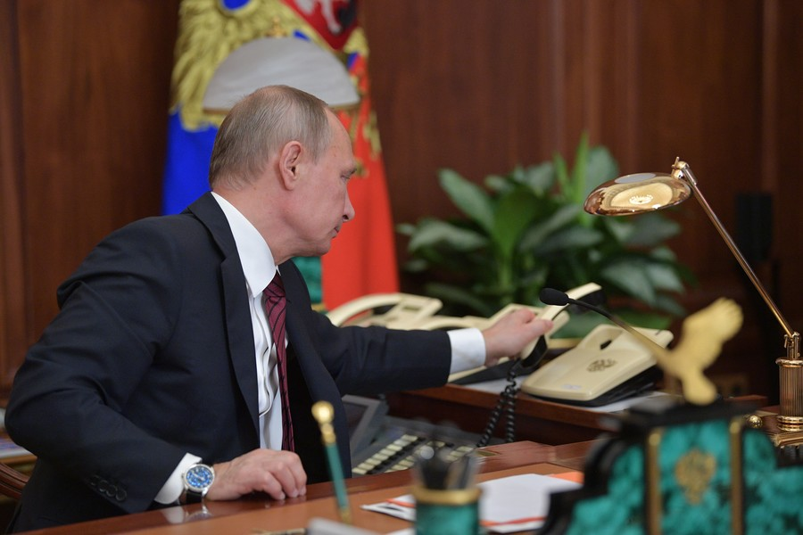 Russian, Ukrainian presidents discuss Donbass settlement and prisoner exchange by phone