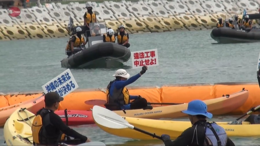 Okinawans in canoes face off against coast patrol in protest over US military presence (VIDEO)