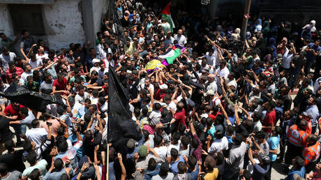 Mourners carry the body of Palestinian nurse Razan Al-Najar © Ibraheem Abu Mustafa