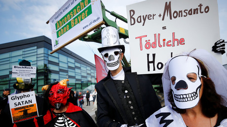People protest against the merger of Germany's Bayer with US seeds and agrochemicals company Monsanto © Wolfgang Rattay