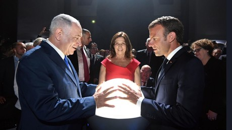 Return of the orb: Why are Netanyahu and Macron clasping glowing globe? (PHOTO)