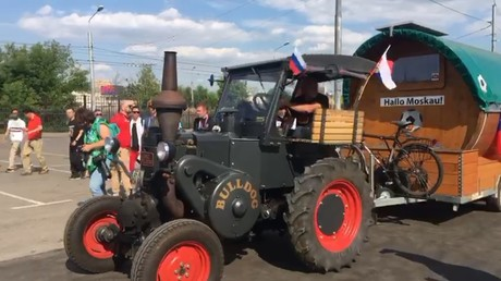 'House on wheels' arrives at World Cup – German tractor man rocks up to Moscow (VIDEO)