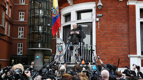 WikiLeaks founder Julian Assange speaks on the balcony of the Embassy of Ecuador in London, Britain, May 19, 2017 © Neil Hall