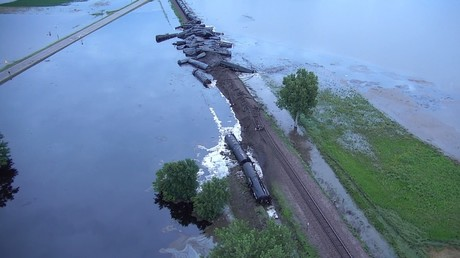 Major oil spill spreads across Iowa floodwaters, forcing evacuations after train derails (VIDEO)