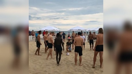Kasper Schmeichel & Denmark teammates hit the beach for relaxed training session (VIDEO)
