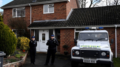 Police officers stand guard outside of the home Sergei Skripal on March 6, 2018. © Toby Melville / Reuters