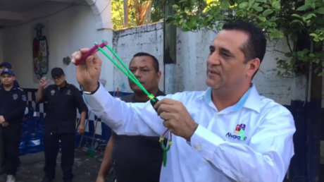 Mayor Bogar Ruiz hands out slingshots to local police © Facebook