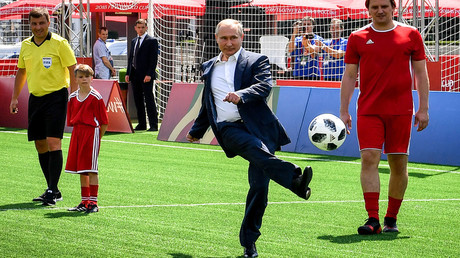 Putin shows off football skills in Red Square (VIDEO)