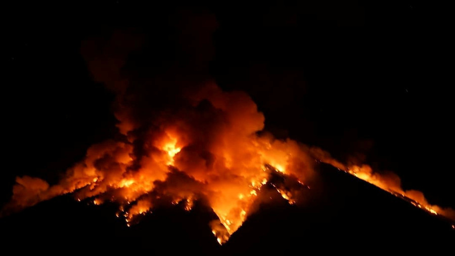 Bali volcano explodes, sending rocks & flares of lava into the air (PHOTOS)