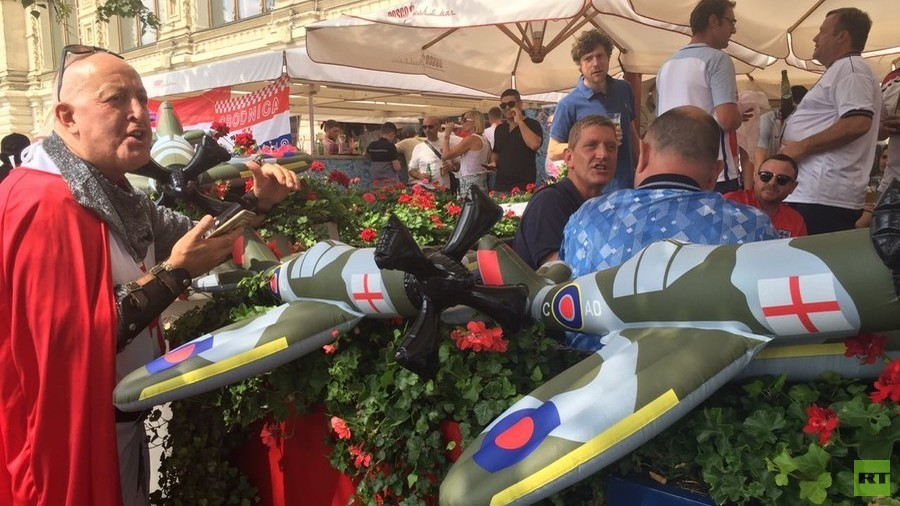 England fans chant '10 German bombers' WWII song on Moscow's Red Square (VIDEO)