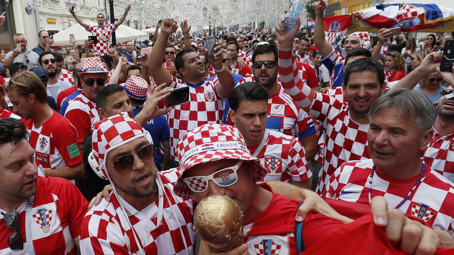Croatia & France fans fill Moscow ahead of World Cup final (VIDEO)