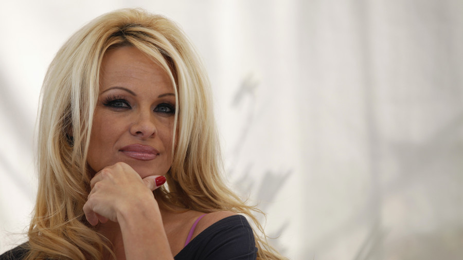 Pamela Anderson: Americans are programmed to blame Russia when things go wrong