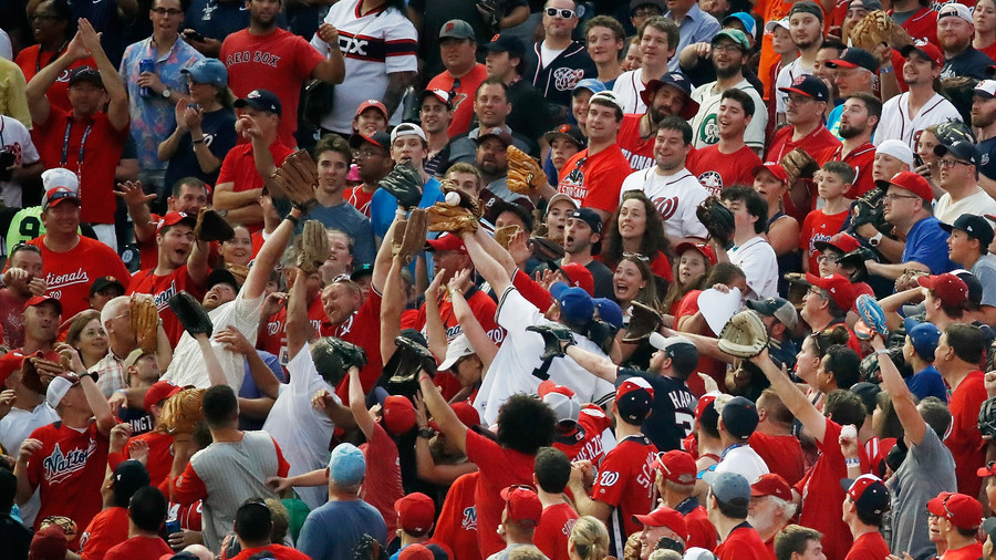 Baseball fan makes stunning one-handed catch while holding baby in other arm (VIDEO)