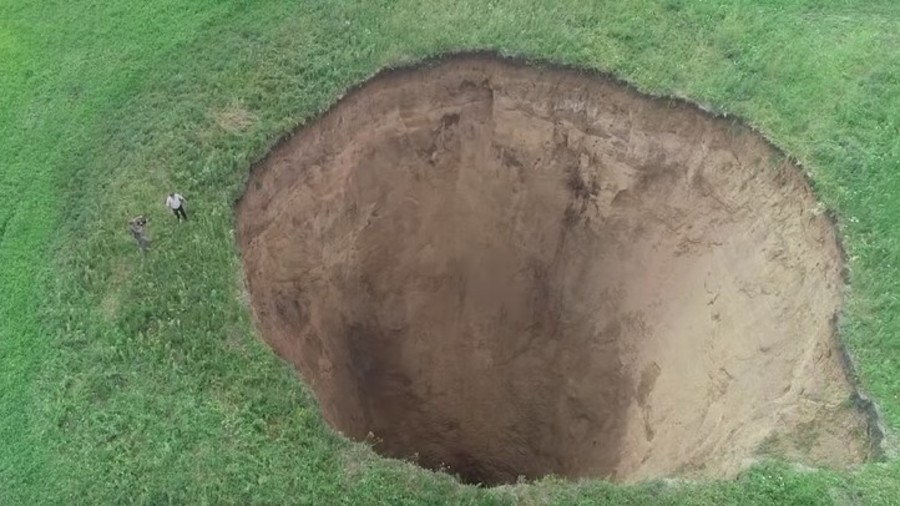 Terrifying 32m-wide crater swallows land outside Russia's Nizhny Novgorod (VIDEO)