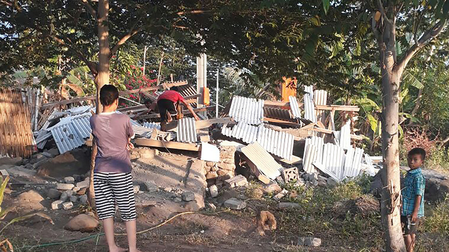 Ten dead as quake  hits tourist island near Bali